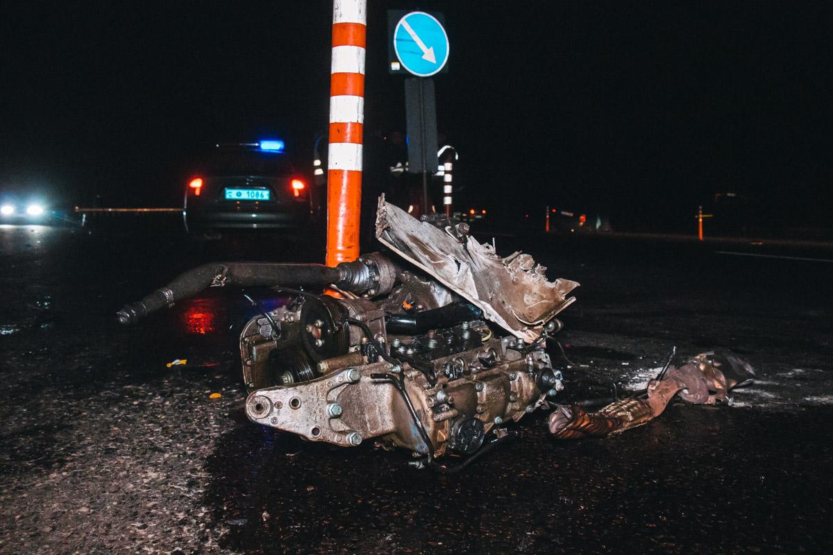 От сильного удара запчасти машин разбросало по трассе