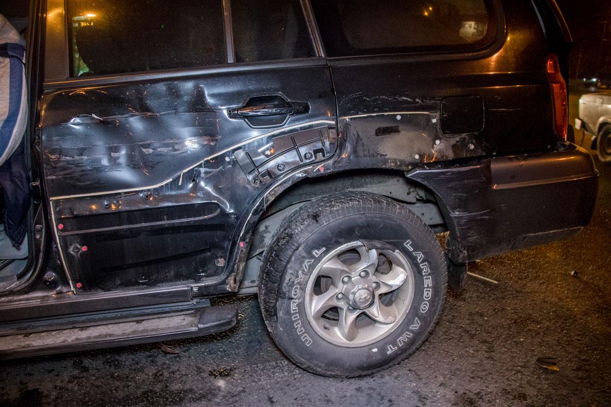 Hyundai Terracan получил сильные повреждения передней части и обоих боков