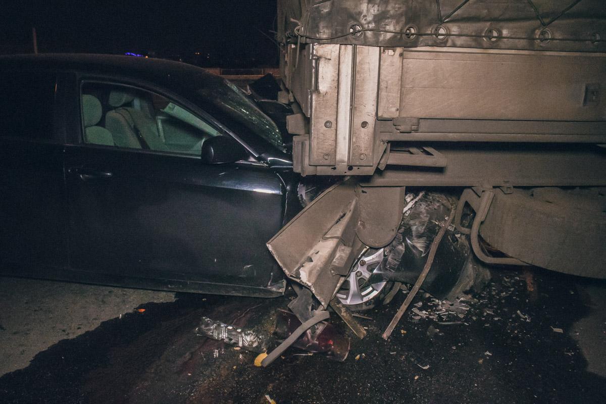 По предварительной информации, фура была припаркована, а легковушка поворачивала на Железнодорожное шоссе