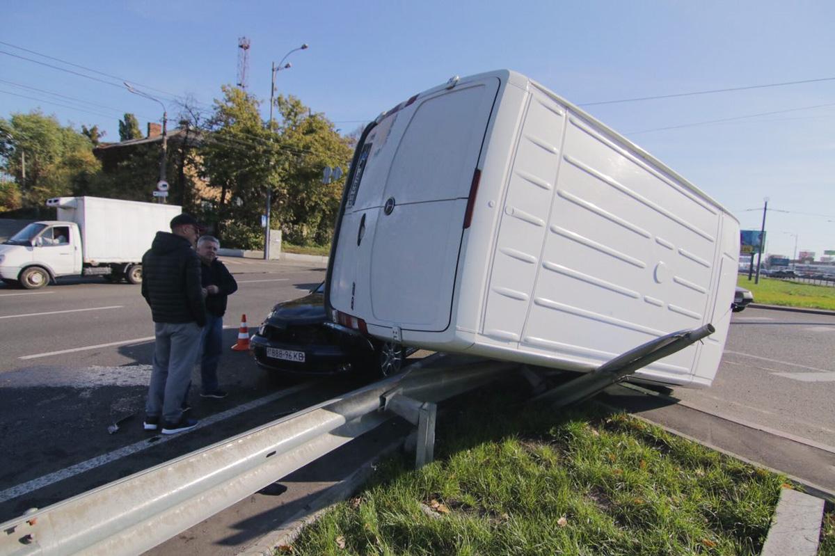 По словам водителяOpel, микроавтобус начал переворачиваться еще до столкновения