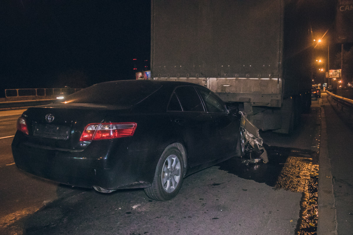 На Надднепрянском шоссе Toyota Camry влетела в стоящую у обочины фуру DAF