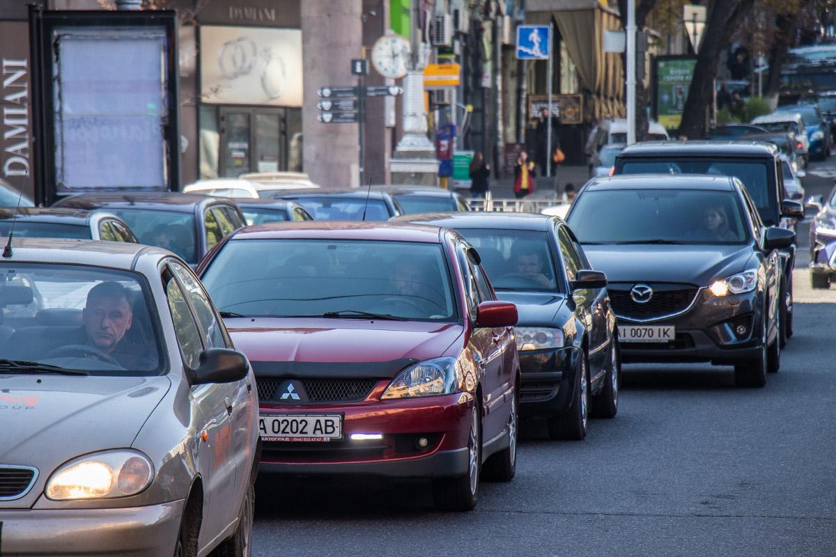 Машины парализовали движение улицей