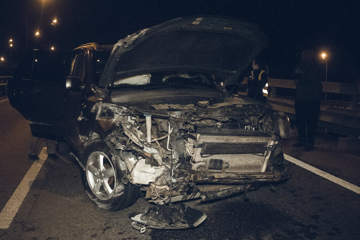 В ночь на 16 октября в Киеве на съезде с Дарницкого моста произошло ДТП с пострадавшими