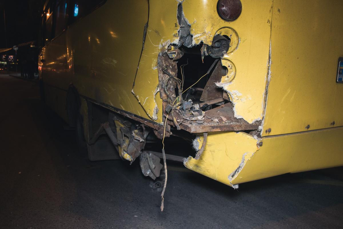 Очевидцы утверждают, что при ударе, одна из пассажирок, которая стояла на ступеньках, вылетела через открытую дверь