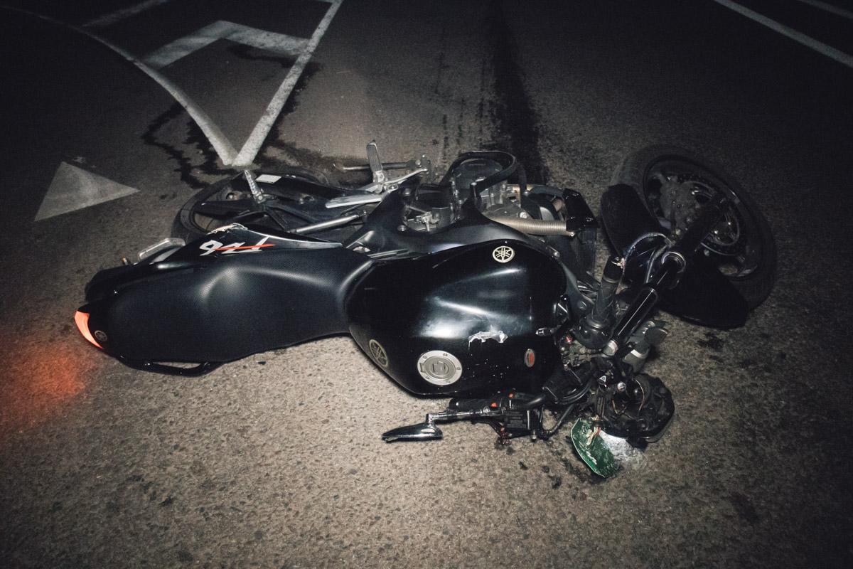 Под Киевом возле Виты Почтовой произошло жуткое ДТП - мотоциклист с девушкой разбились об отбойник