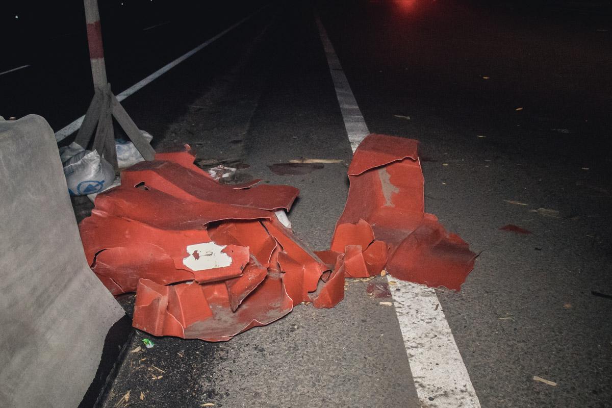 Причиной аварии стал пластмассовый отбойник, который мотоциклист не заметил в темноте