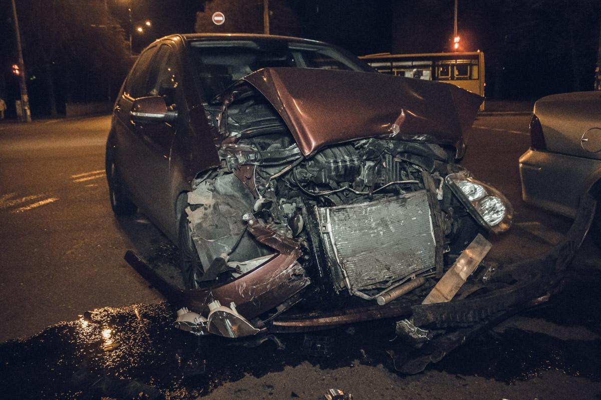 В Киеве на бульваре Ромена Роллана произошло ДТП с участием автомобилей Mercedes и Opel