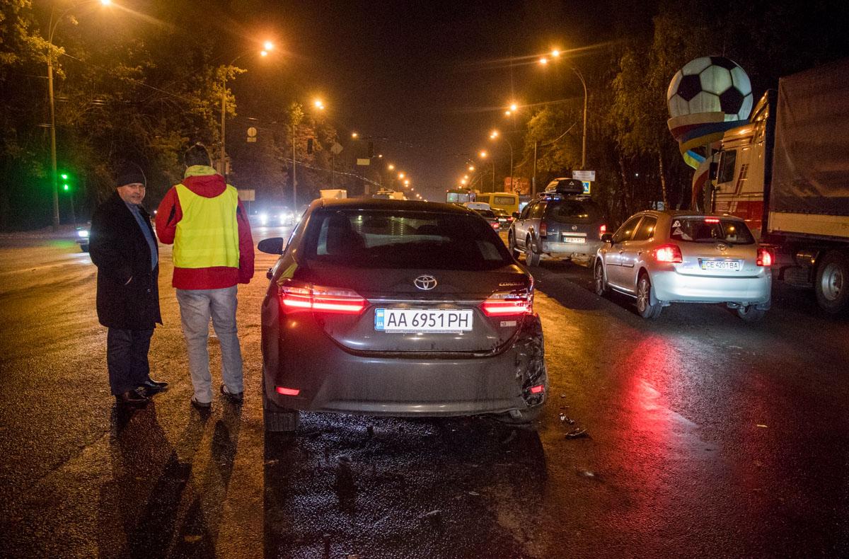 На Одесской трассе на въезде в Киев произошла c авария с участием автомобилей Hyundai Terracan,Toyota Corolla и рейсового маршрутного таксиMercedes Sprinter