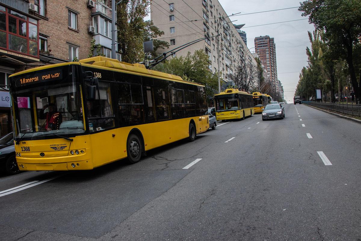 По бульвару остановилось движение троллейбусов