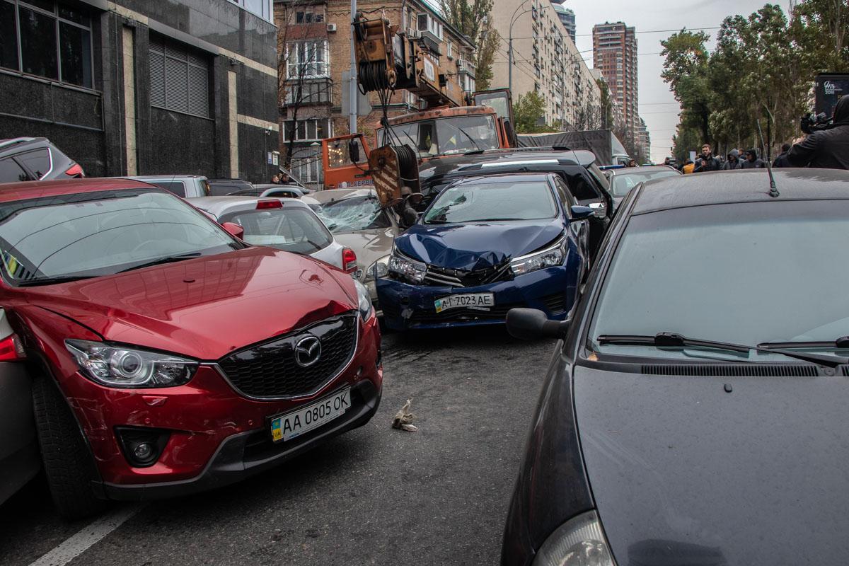 На бульваре Леси Украинки кран влетел в 18 автомобилей
