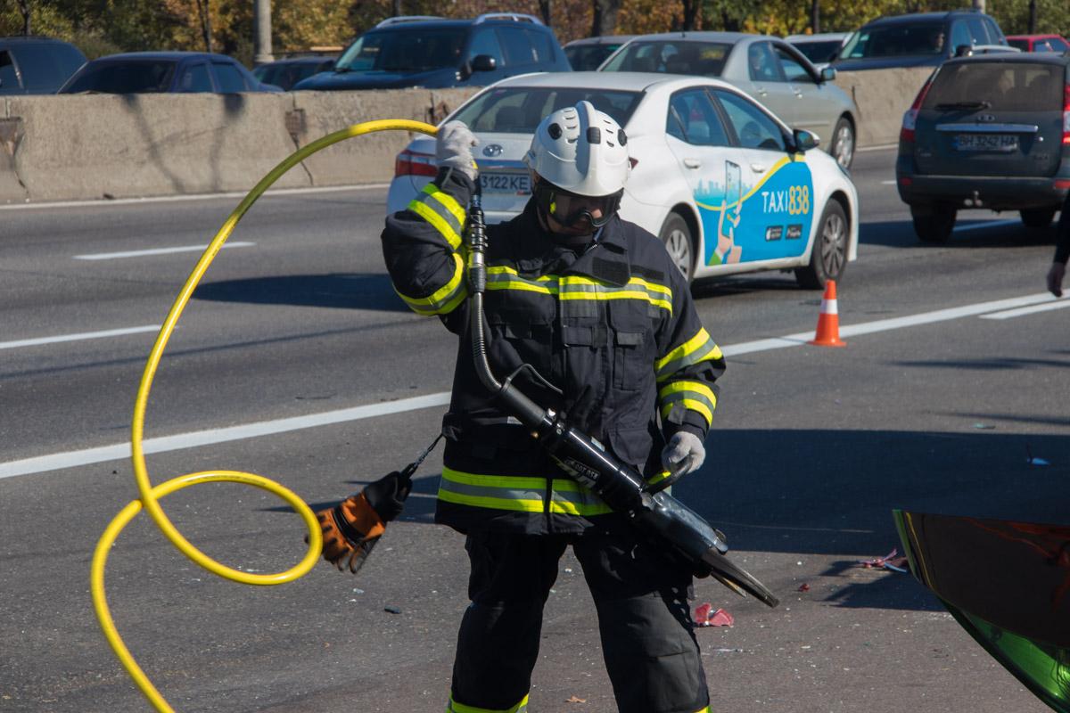 Одного мужчину из автомобиля Leon вырезали спасатели