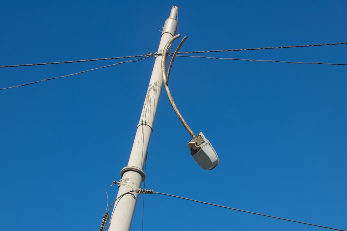 От удара Leon врезался в столб, у которого, от сильного столкновения, вылетели лампы
