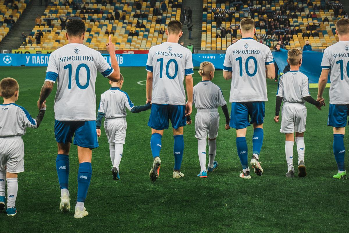 На этом матче «Динамо» поддержало Андрея Ярмоленко, который травмировался в последнем матче за «Вест-Хэм» и выбыл на пол года