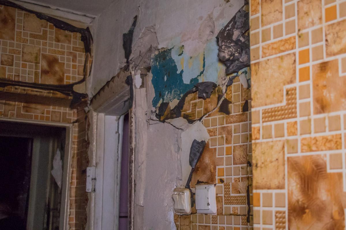По словам очевидцев, хозяйку квартиры срочно госпитализировали в ожоговый центр