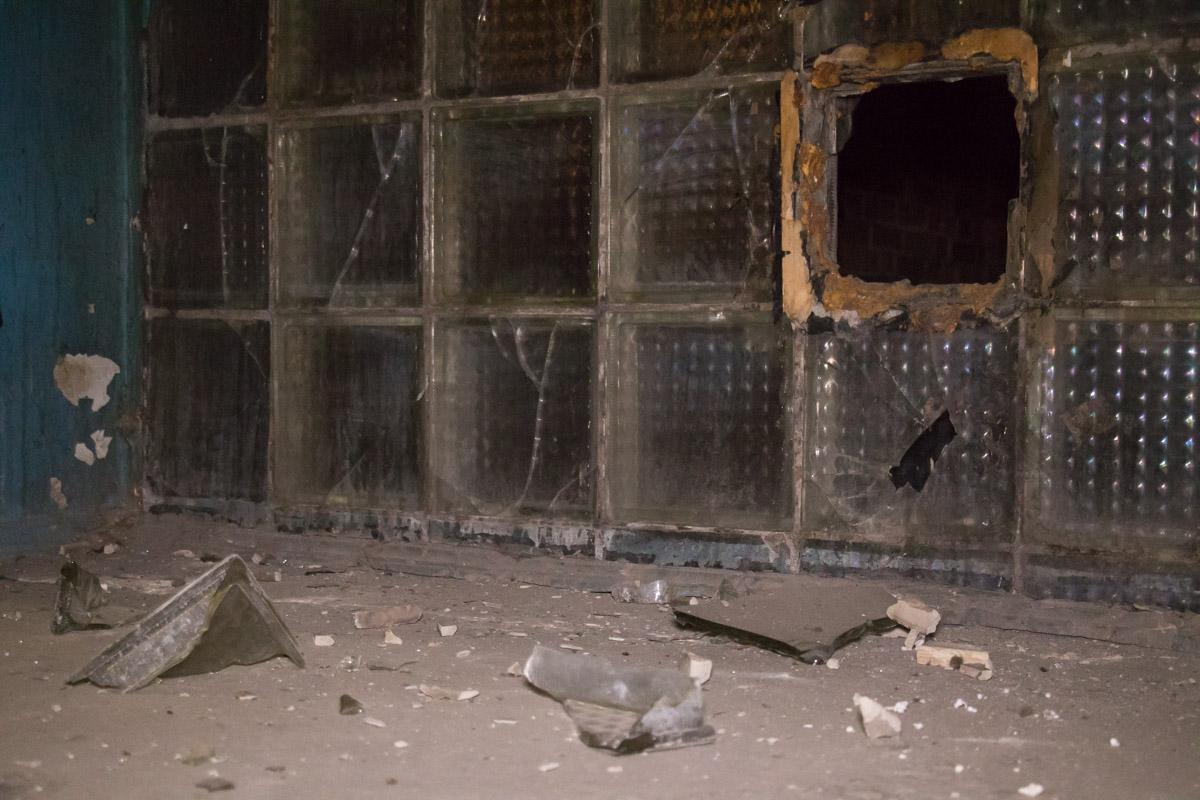 На 8 этаже полностью снесло участок стены из стеклоблоков