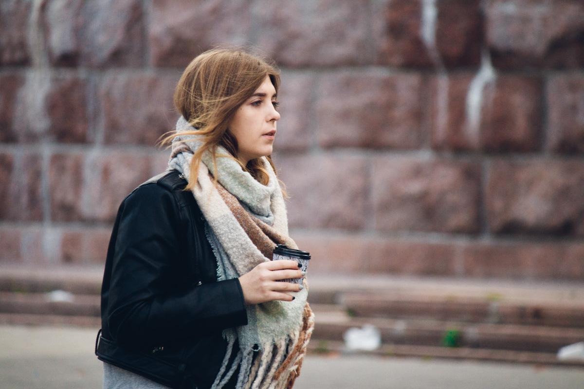Уютный шарф и горячий кофе - секрет хорошего дня