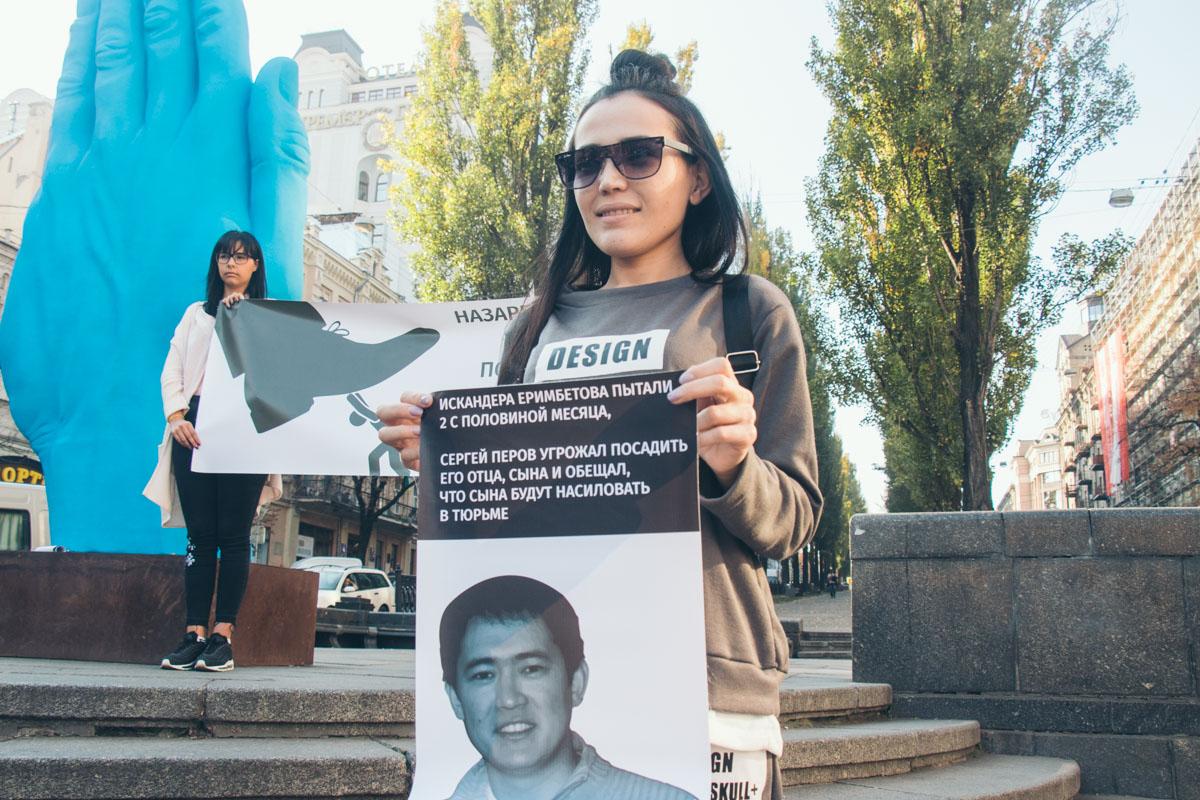 Люди требовали освободить политических заключенных Искандера Еримбетова и Василину Соколенко