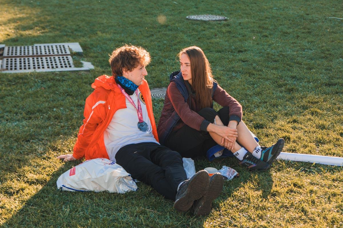 Расслабленная беседа в солнечных лучах