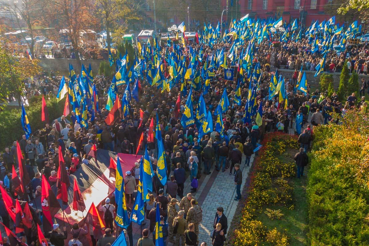 Сотни людей начали собираться около памятника Кобзарю