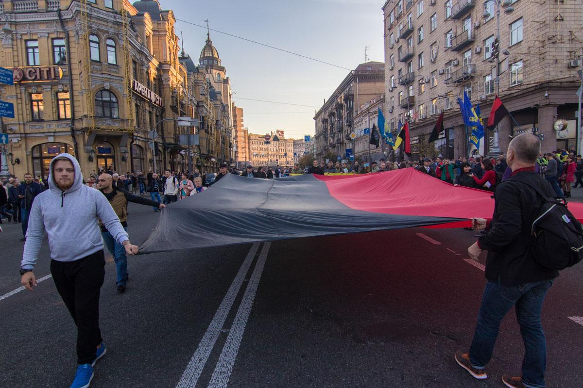 Красно-черные знамена на Крещатике