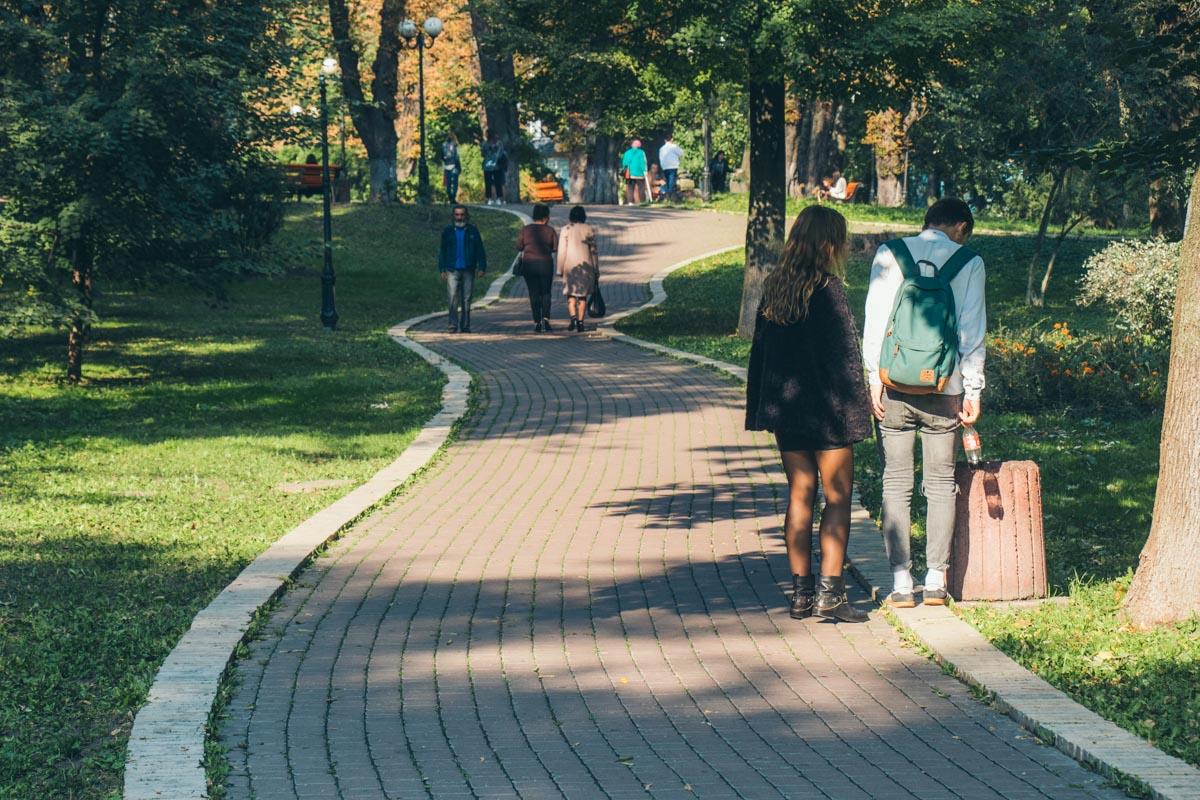 Подростки раскидывали награбленное по территории Мариинского парка
