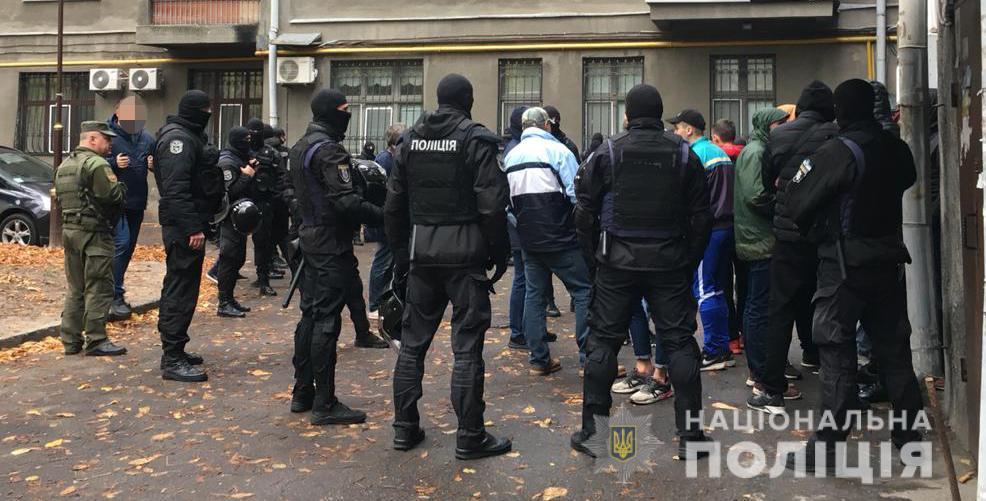 В правительственном квартале сотрудники полиции задержали группу молодых людей с балаклавами, битами и газовыми баллончиками