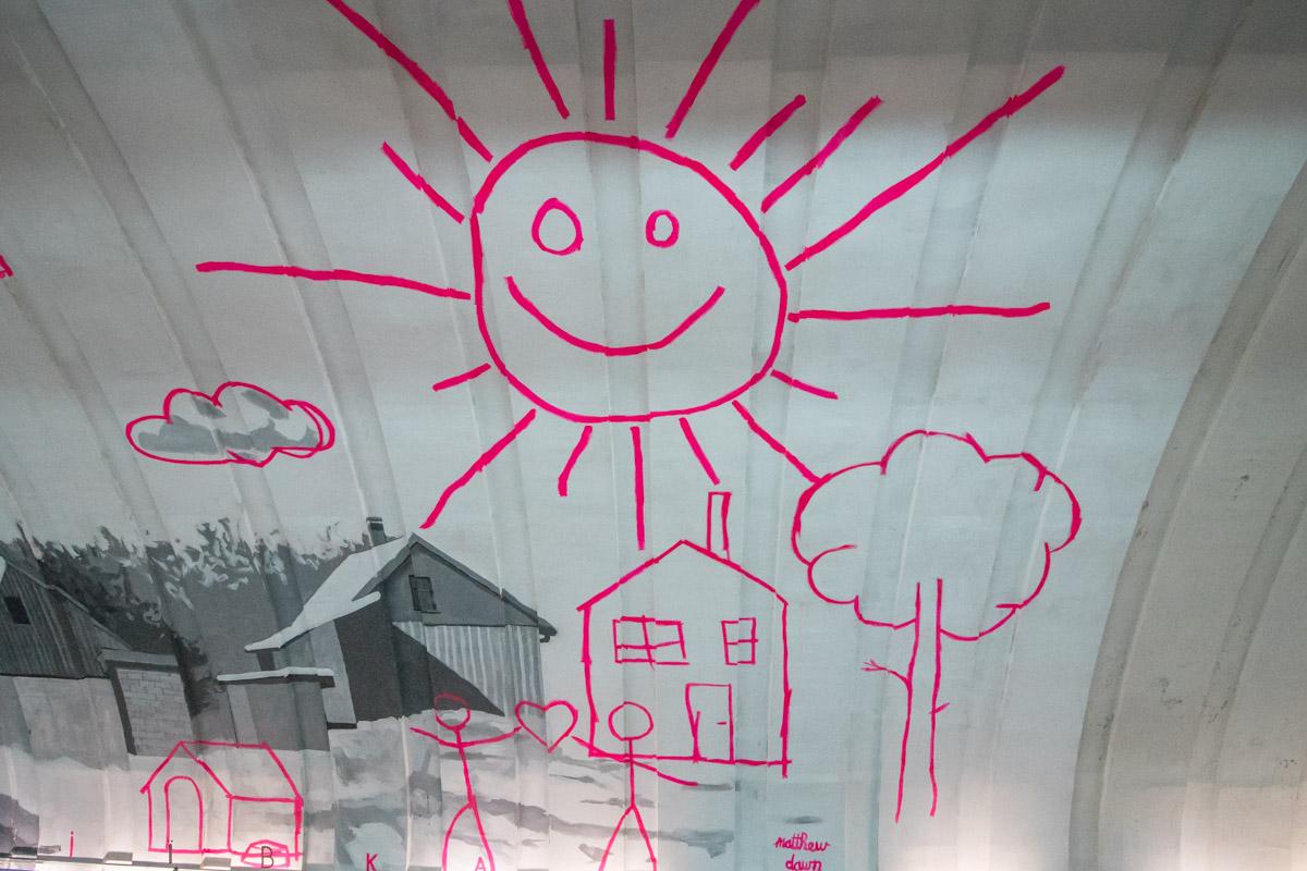 На мурале изображены нереализованные детские мечты