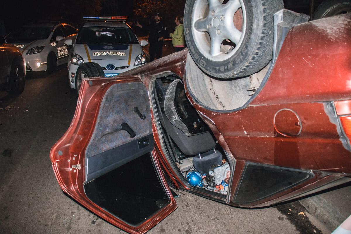 От удара Ford перевернулся на крышу