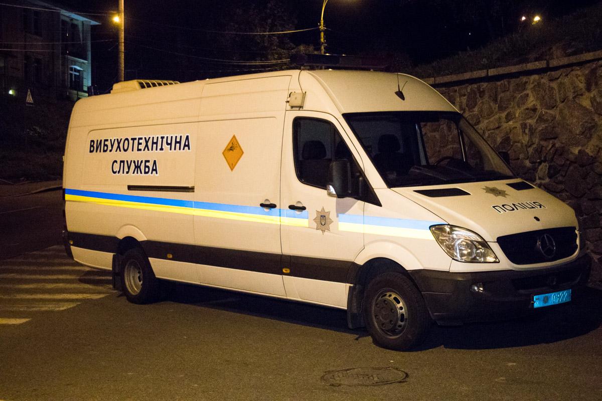На месте работали спецназ, КОРД, СБУ, взрывотехническая служба, СОГ и патрульная полиция Киева