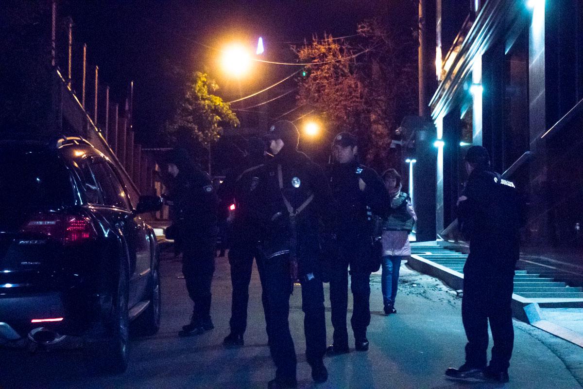 Правоохранители оцепили территорию