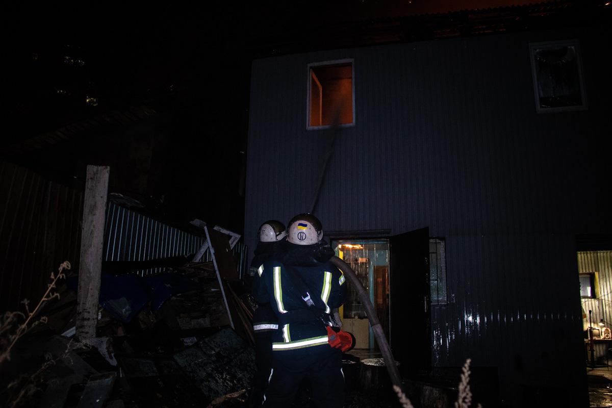 С него огонь перешел на рядом растущие деревья, далее пламя перебралось на двухэтажное здание
