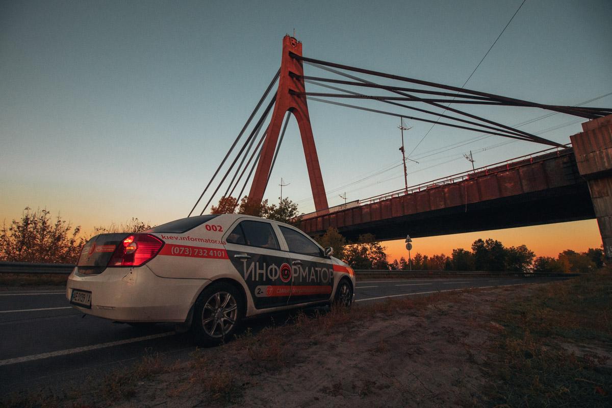 Не смотря на все это, в солнечных лучах утренний мост выглядит очень даже красиво. Фото: Дмитрий Щерблюк