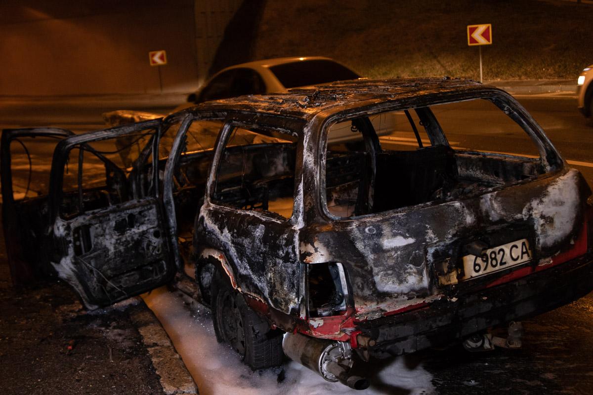В Киеве на развязке перед мостом Патона сгорел Ford Siera