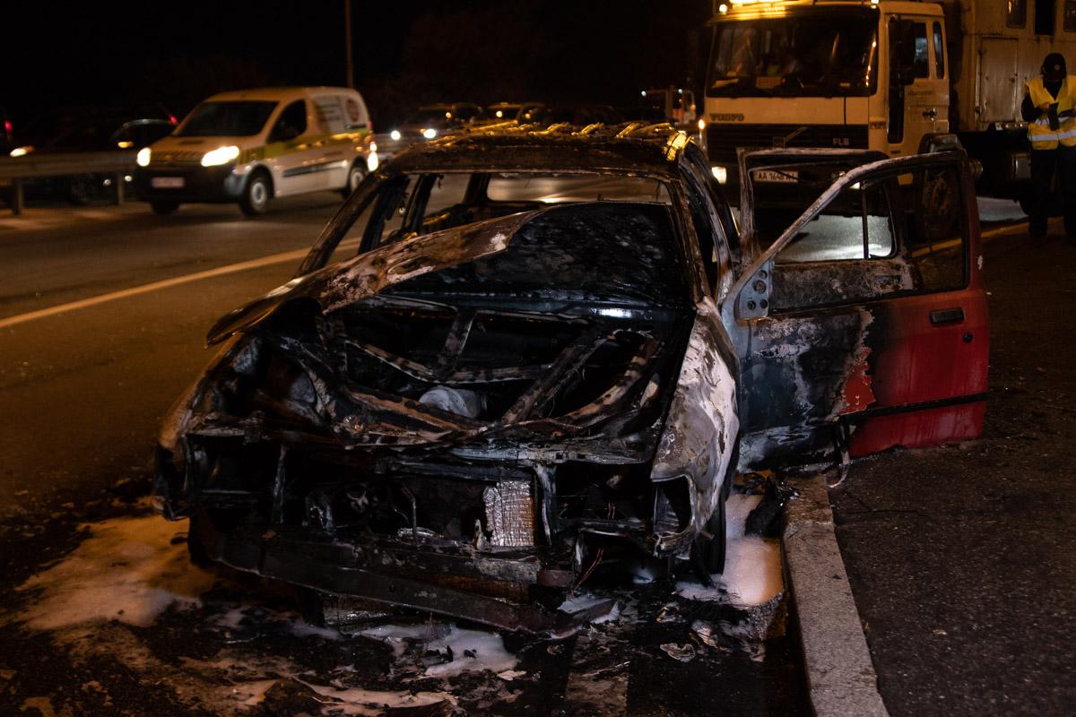 По предварительной информации, автомобиль загорелся на ходу