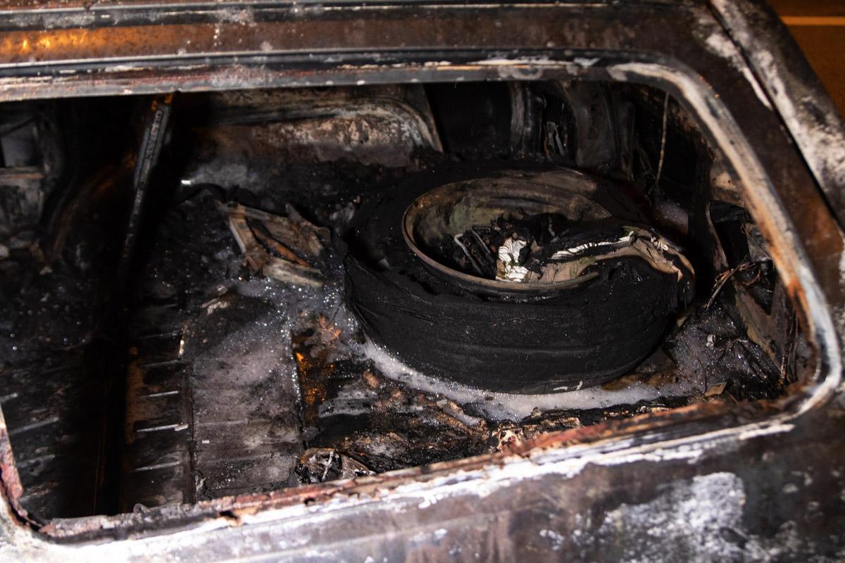 До прибытия пожарных, огонь пытались усмирить огнетушителями, но этого сделать не удалось