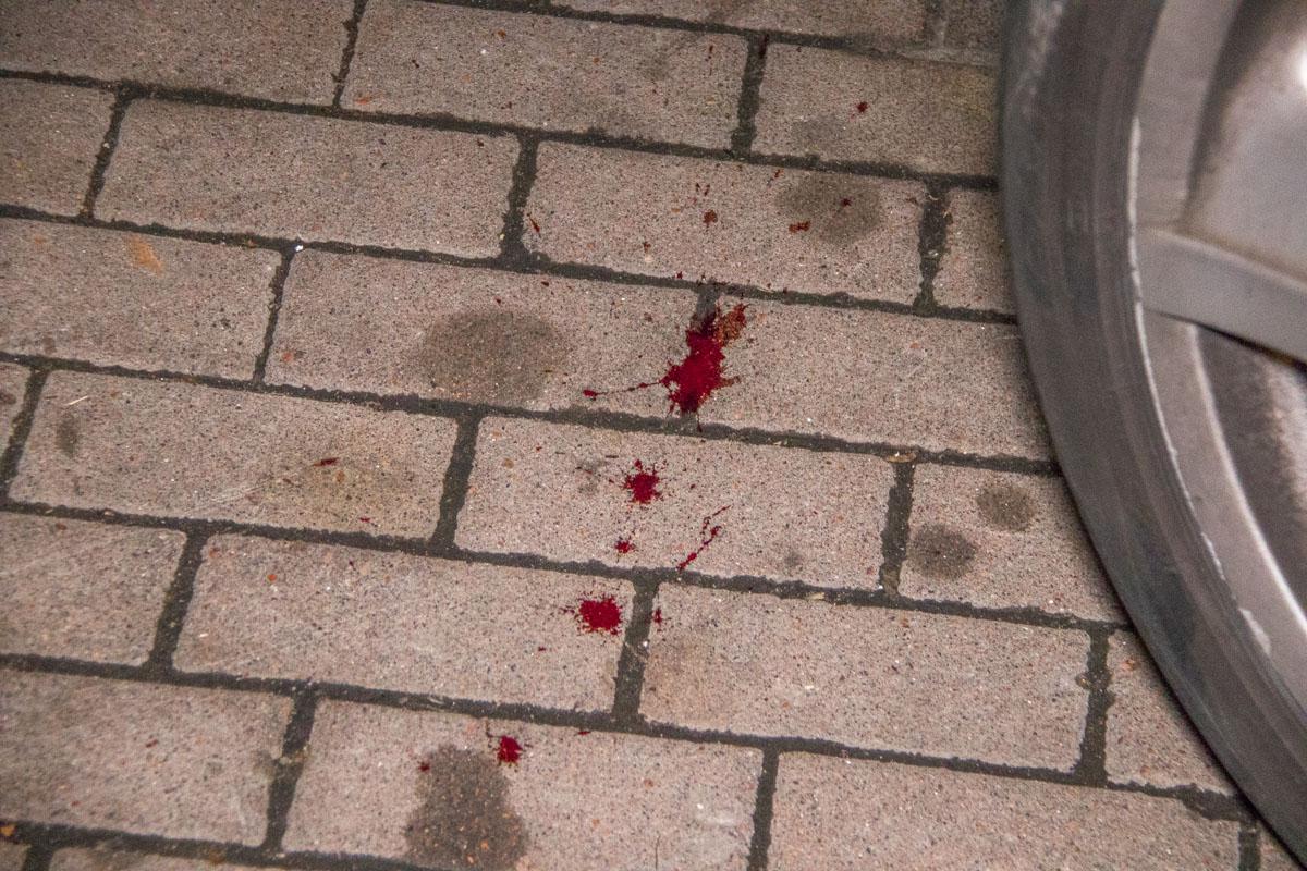 На замечания прохожих, что тротуар - это не проезжая часть, пара вышла из машины и устроили драку