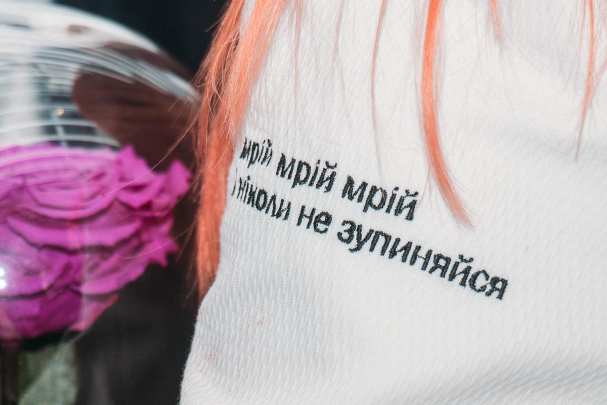 Светлана пришла в белом удлиненном жакете, на котором были написаны цитаты из ее песен
