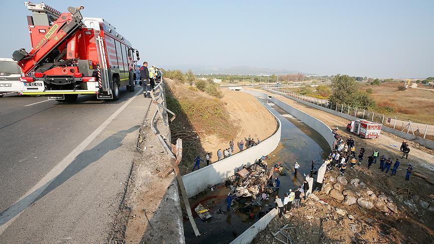 В западной провинции Турции Измире перевернулся и упал в реку грузовик