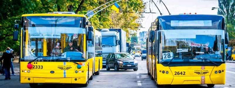 1680947a38034 В Киеве два троллейбуса и пять автобусов навсегда изменят маршруты: как  будет ходить транспорт