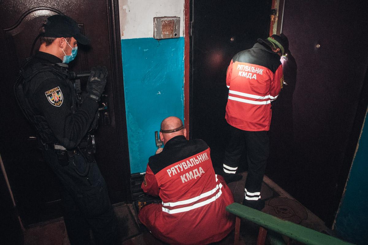 Полицейские в ванной комнате обнаружили разлагающийся труп женщины 1950 года рождения