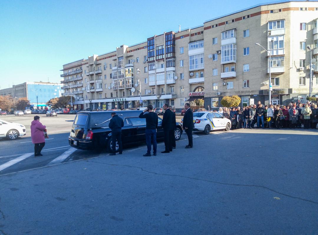 В 10:15 катафалк с телом Марины Поплавской в сопровождении кортежа полиции прибыл к зданию театра