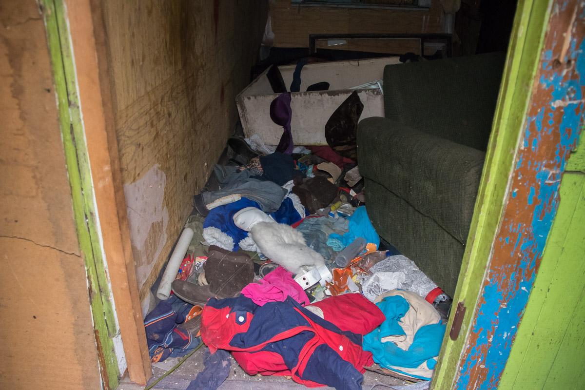 По словам местных жителей, в доме по улице Садовой-25, незаконно поселилось большое количество ромов
