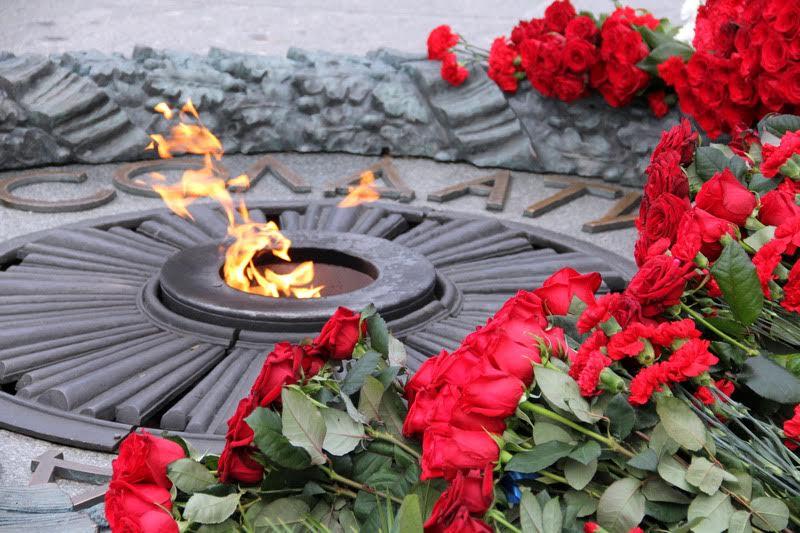 Церемония возложения цветов - это мероприятие, без которого не обходится ни одна памятная дата, связанная с защитниками Украины