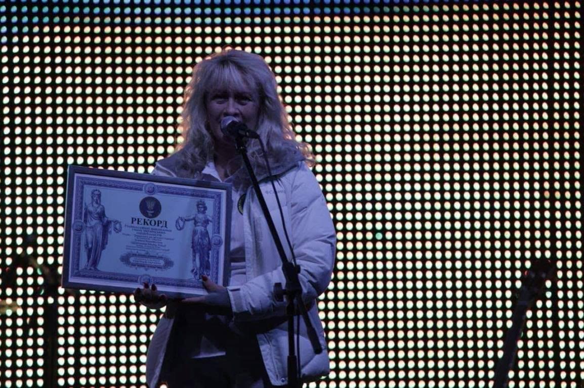 """8368 человек спели гимн украинских националистов """"Зродились ми великої години""""."""