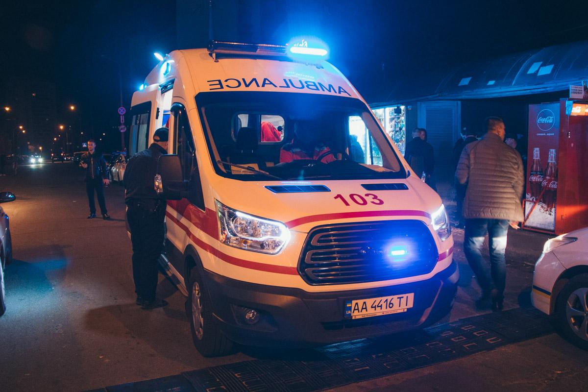 Двое охранников получили ранения: один мужчина в ногу, а второй в руку