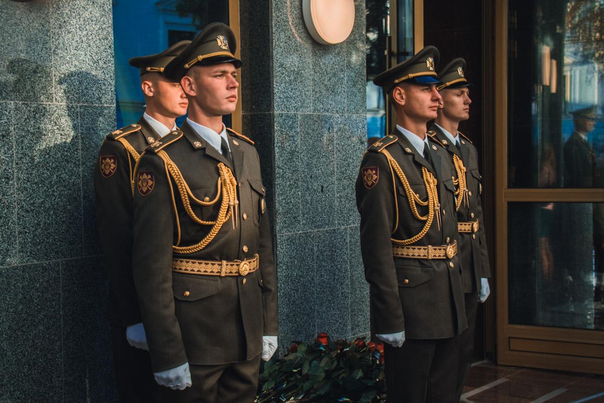 Молодые военные в парадной форме встречали всех гостей мероприятия