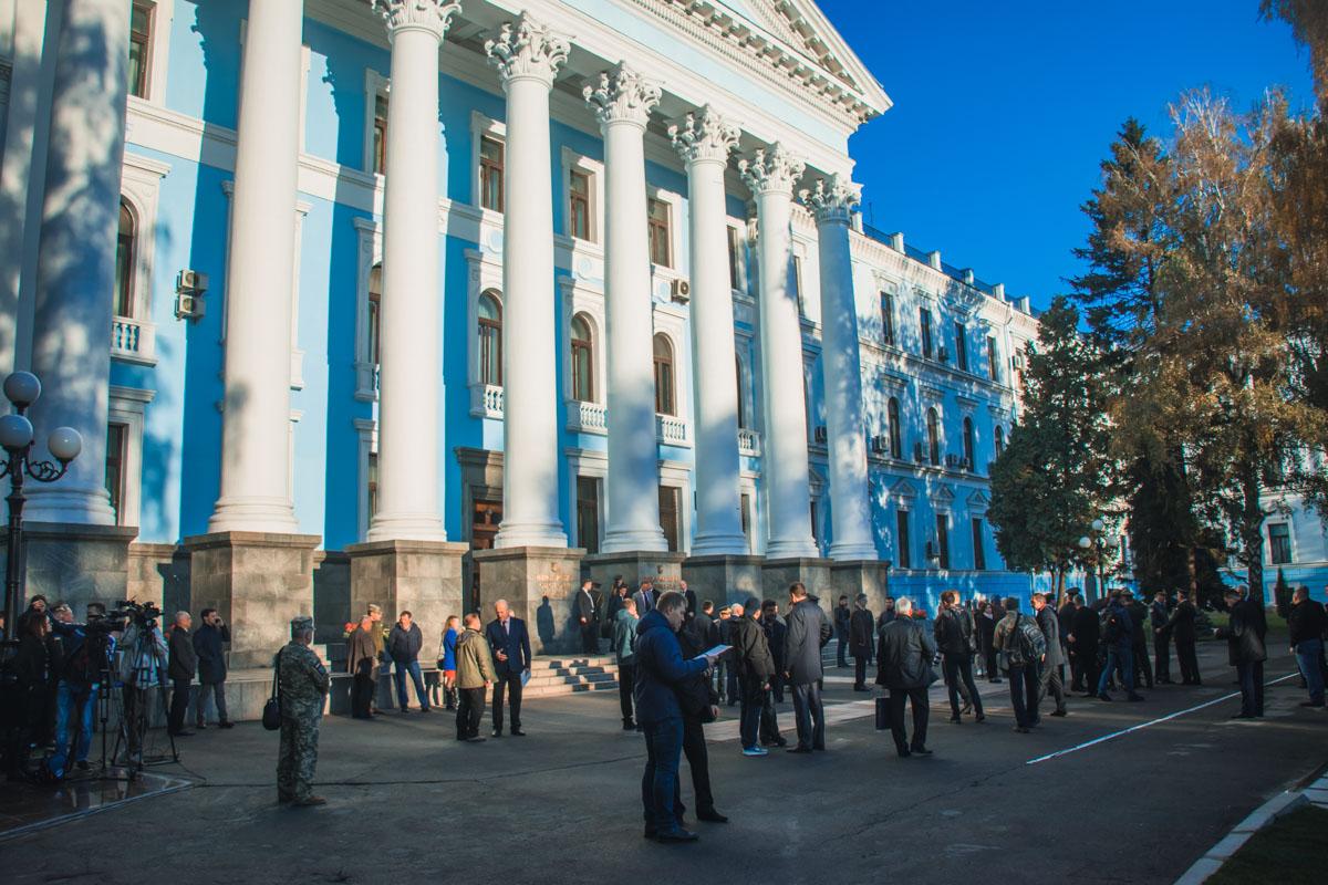 Перед началом все собрались у здания Министерства обороны Украины