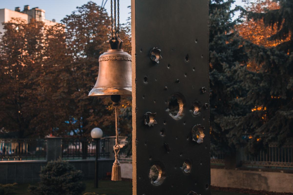 Церемониальная площадка с колоколом памяти и стелой, в которую вмонтированы осколки снарядов