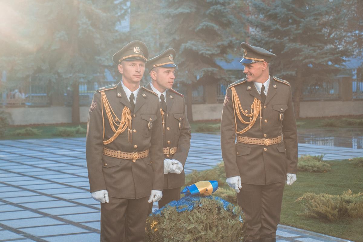 В первую очередь военные возложили цветы к монументу