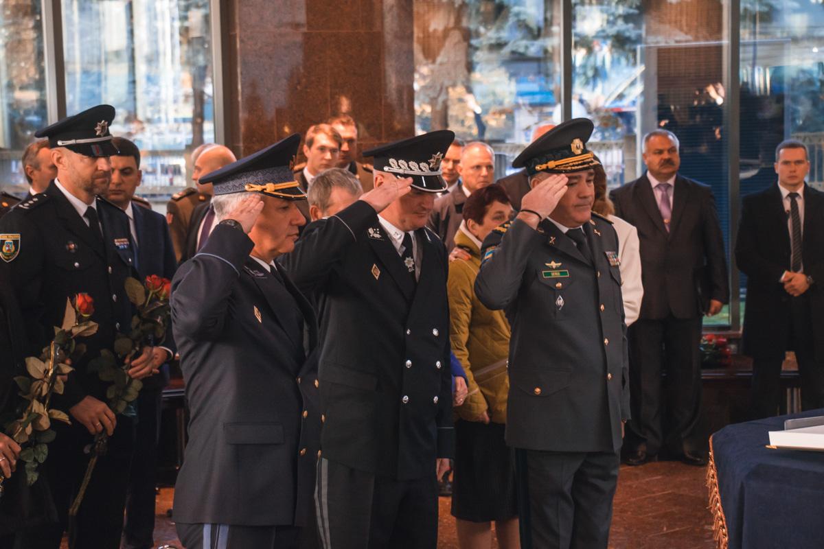 Военные отдают честь перед Книгой памяти